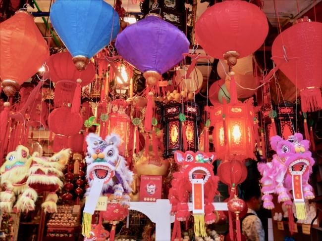 赤と金色に彩られたお祝いムード満点のチャイナタウンのストリート。「バクア」という甘じょっぱいバーベキューポークは日本には持ち帰れませんが、シンガポールではこの時期の手土産の定番で、誰に差し上げても喜ばれました