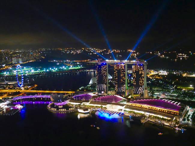 マリーナ・ベイ・サンズを見下ろす、シンガポールでもっとも高い場所にあるルーフトップバー「ワン アルティテュード」は、バンドの生演奏もあり、シンガポール美女にも人気のナイトスポット