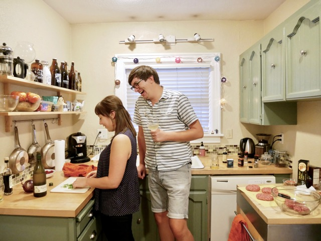 ポートランダー(ポートランドっ子)のカップルのキッチン。リビングのインテリアはアンティーク家具が取り混ぜられ、おしゃれにまとまっていますが適度に散らかっていて生活感があり、居心地がいい空間です