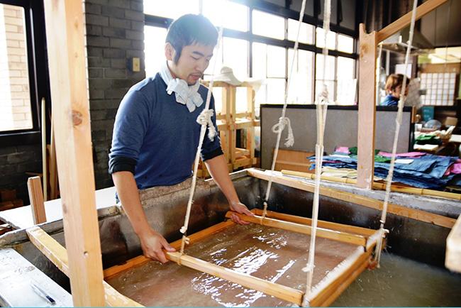 和紙職人による紙漉(す)きのようす(埼玉伝統工芸会館にて)
