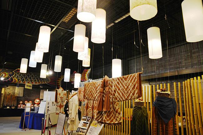 埼玉伝統工芸会館の館内。この日は和紙でできた洋服も展示されていた