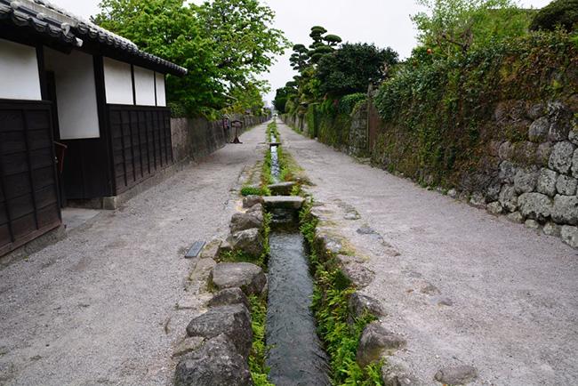 水路を挟んで石垣が続く武家屋敷跡