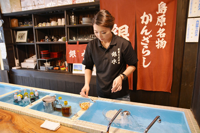カウンター前の水槽では、わき水で白玉やシロップ、飲み物を冷やしている