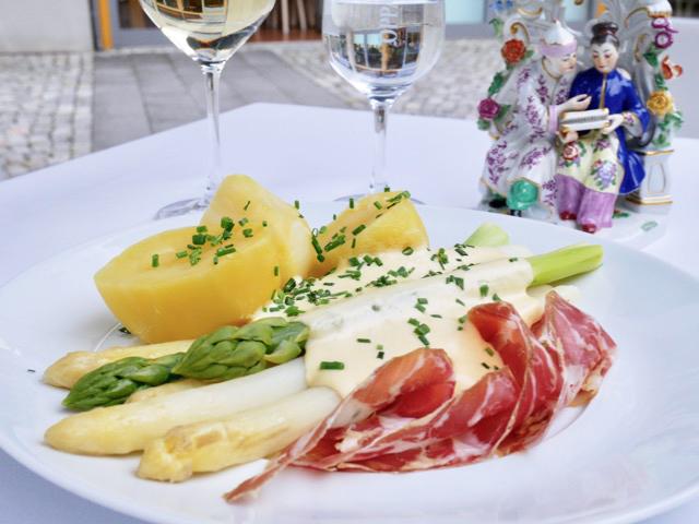ドイツを代表する硬質磁器窯マイセンのカフェ&レストランでランチ。旬のホワイトアスパラもマイセンのお皿でサーブされるとおしゃれな印象。人形もマイセンの作品です