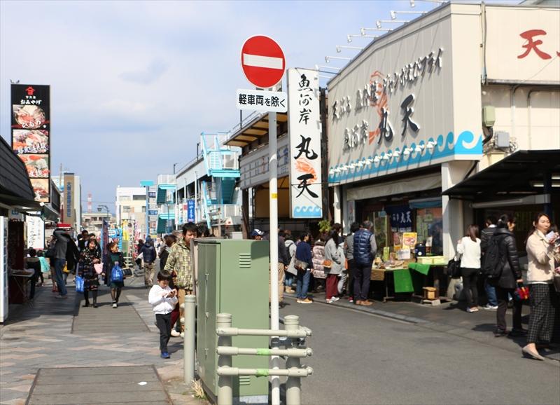80軒ほどの飲食・土産店が集まる沼津港飲食街
