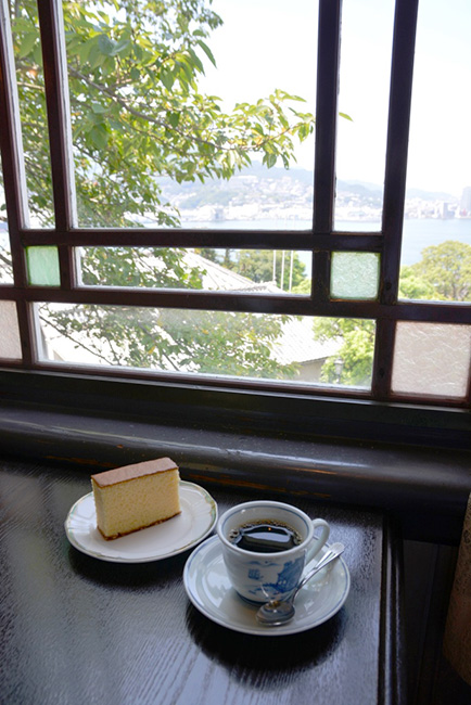 旧自由亭の2階の喫茶室で海を見ながらひと休み