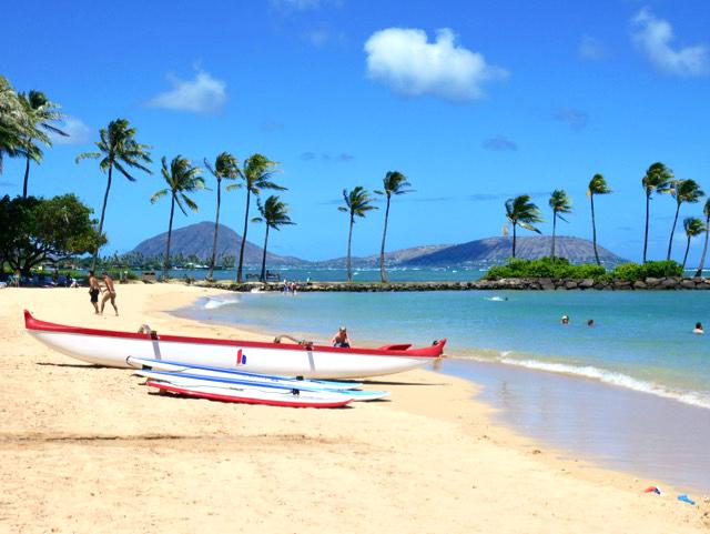 ザ・カハラ・ホテル&リゾートの目の前に広がるビーチはあまり混雑することもなく、ワイキキビーチとは異なる雰囲気。モロカイ島から運ばれた白砂のビーチが目にまぶしい。リゾート内には100本以上のヤシの木が植えられています