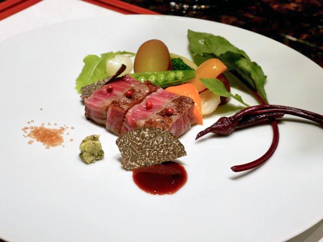 """「ヴィンテージ ケイブ クラブ」の料理はおまかせコース300ドルのみが基本。フランス料理と日本料理を融合した""""フレンチ ジャポネ""""がコンセプトで、会席のように少量多数のお皿がサーブされます。肉の絶妙な火入れの確かさは日本人シェフならではの安定感"""