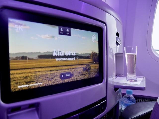 ニュージーランドの先住民族マオリのことばで「ようこそ」と表示されたニュージーランド航空のビジネスクラス。マオリ語はニュージーランドでは公用語のひとつ