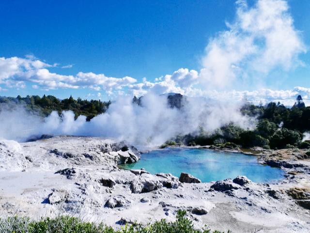 火山国ニュージーランドは、日本と同じ温泉大国。なかでも有名な温泉地域がロトルアです。タウポ火山帯によって火山台地が形成され、三つの活火山による活発な地熱活動が豊かな天然温泉の恵みを湧出(ゆうしゅつ)しています