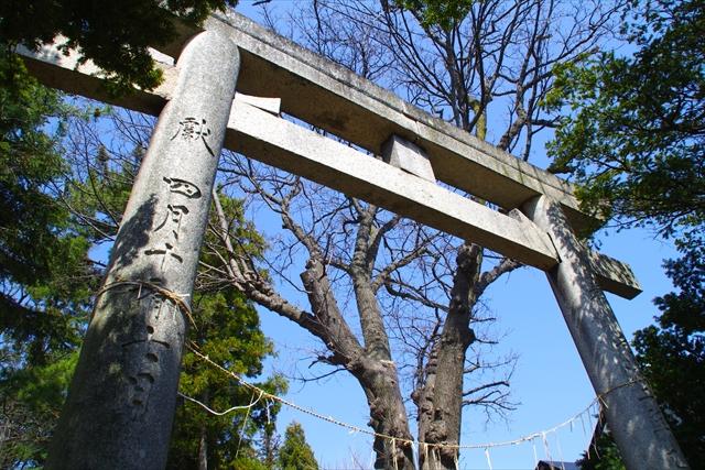 権現台場は四稜郭から約1キロ。現在の北海道東照宮境内には、弾痕が残る手水石が権現台場から移されている