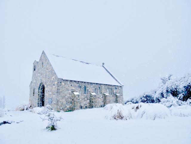 テカポ湖の星空観賞のアイコンとしてあまりにも有名な「善き羊飼いの教会」。この風情ある小さな教会が一面の星空に包まれるはずだったのに! ちなみにここで挙式をするカップルも多く、この日は2組が行っていました