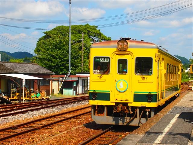 「デンタルサポート大多喜」駅に滑り込む列車。この鉄道を走る列車はディーゼル車でムーミンラッピングの列車はオールロングシートになっている