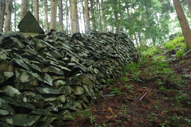 鉄平石を使った石塁が、長岩城の最大の特徴だ