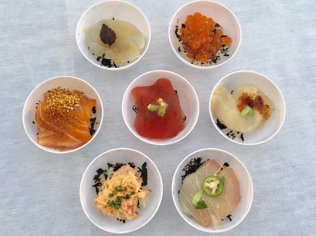 イベント「アンコルクド」の会場で、ひと際歓声が上がっていたのが手まりずしのような、かわいいビジュアルのこちら。アメリカを筆頭にアジア、中南米、中近東、ヨーロッパと世界中にレストラン「NOBU」を展開する松久信幸さんによるハワイ産7種のひと口海鮮丼です