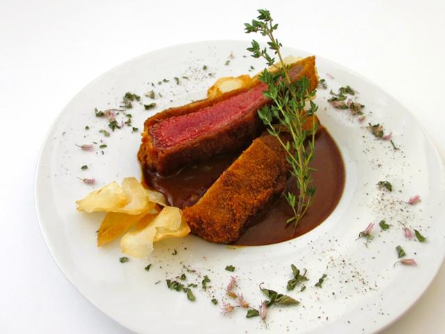 美山鹿ロース肉のカツレツ。ジビエの野性味を豪快かつ繊細に味わえる「プリンツ」のスペシャリテ