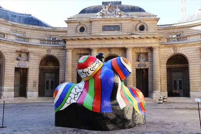 パリ造幣局の中庭に展示された、ニキ・ド・サンファルの作品「ナナ」