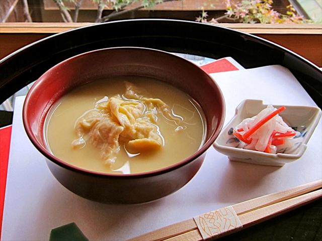 湯葉雑煮は1月初旬の限定品。老舗料亭の茶菓席で、新年の喜びを味わうことができます(撮影/紫野和久傳)