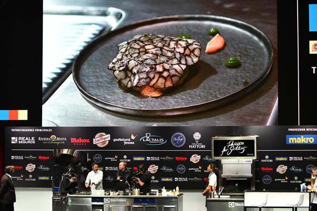 「マドリード・フュージョン」の会場で料理を披露するポルトガルのシェフ