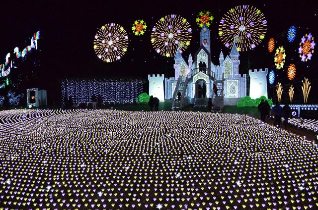 今年初登場の「フラワーキャッスル」。光の城の周辺には3万5000本の花畑が広がる