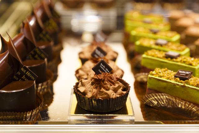 京都店限定の「ムース オ ショコラ ミソ」(699円・税込み)など芸術的なガトー(ケーキ)が並ぶ