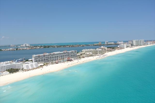 カリブ海に面して約20キロ続くカンクンのホテルゾーン
