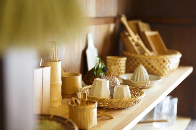 茶こしと湯飲みをざるにセットするなど、田中さんが実践する暮らしのアイデアがあちこちに。