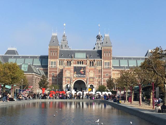 アムステルダム国立美術館は中世から現代までの絵画作品、アンティーク陶芸、工芸品などが展示されるヨーロッパ有数の美術館