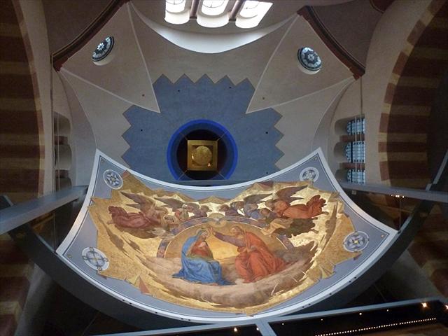 2012年から一般公開となった皇帝ホール。フレスコ画は聖ベルナルドの生涯やキリスト教徒殉教者として崇敬されるステファノなどが描かれている。皇帝ホールは11月から4月まで一般公開休業となるため文中では紹介しなかったが、機会があればぜひ美しいフレスコ画を見てほしい