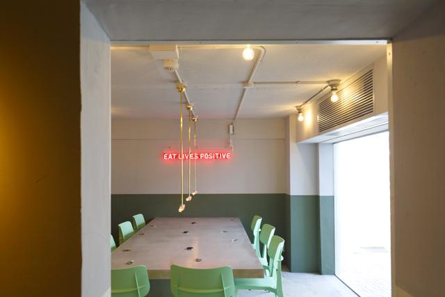 2色の壁にネオンサインが都会的な空間「ポップ&アート」。インスタグラムでも人気の空間
