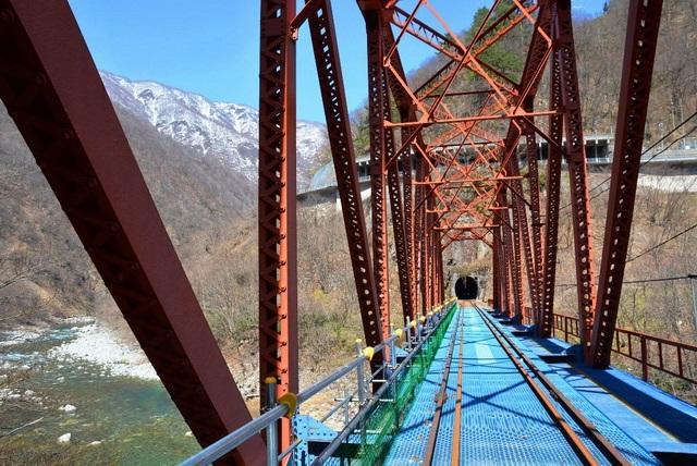 トンネルや鉄橋など神岡鉄道の路線は変化に富んでいる