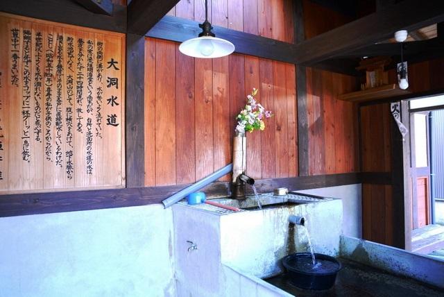 共同水屋の内部。すっきりと清潔で花も飾られていた