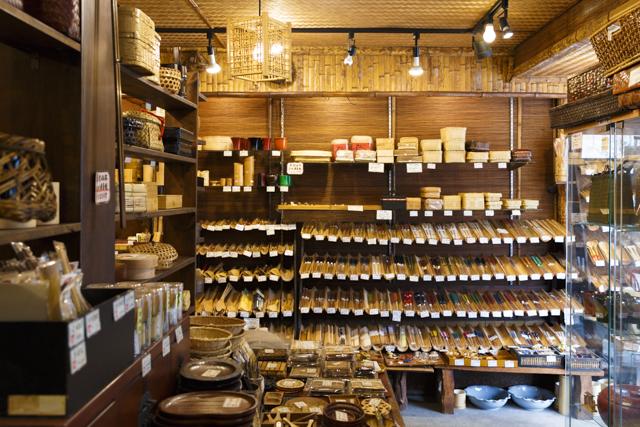 ずらりと並ぶ箸や台所道具はお土産としても人気