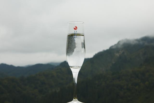 「奥会津金山天然炭酸の水」はシャンパンのような繊細な泡が特徴。1日に3500ℓしか採れない希少な水だ