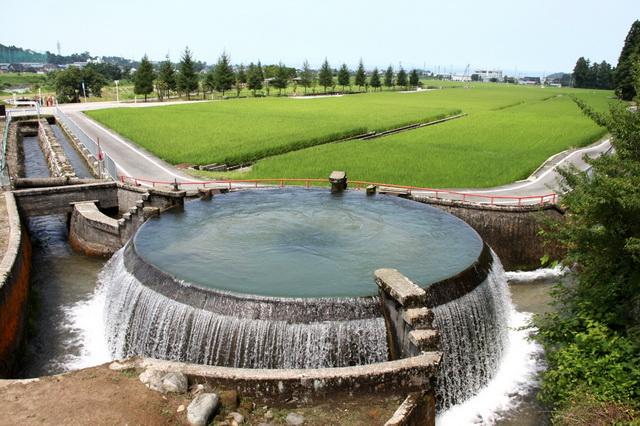 東山円筒分水槽。水の落差が大きいのは急流河川ならではという(画像提供:魚津市観光協会)