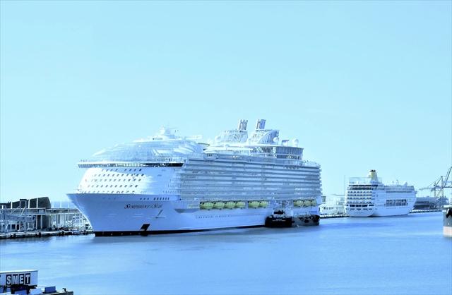 史上最大の新客船誕生。隣は4万トンクラスの客船(撮影=すべて上田英夫)