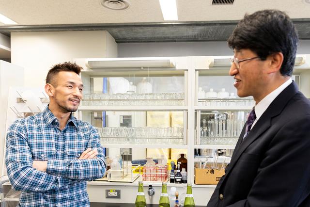 福島県清酒アカデミーを指導する、鈴木賢二さんと、アカデミーの授業も行われる研究室にて