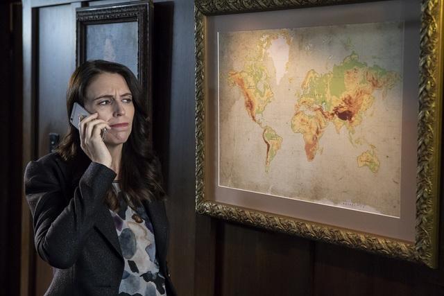 動画の中でアーダーン首相が見つめる地図に、自分の国が……