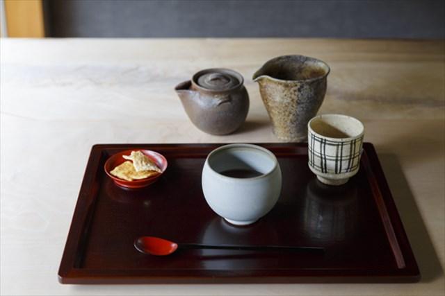 「煎茶 やぶきた 手摘み 2018」(2300円・税込み)。水ようかんとおかきが付き、7~8煎ほど楽しめる