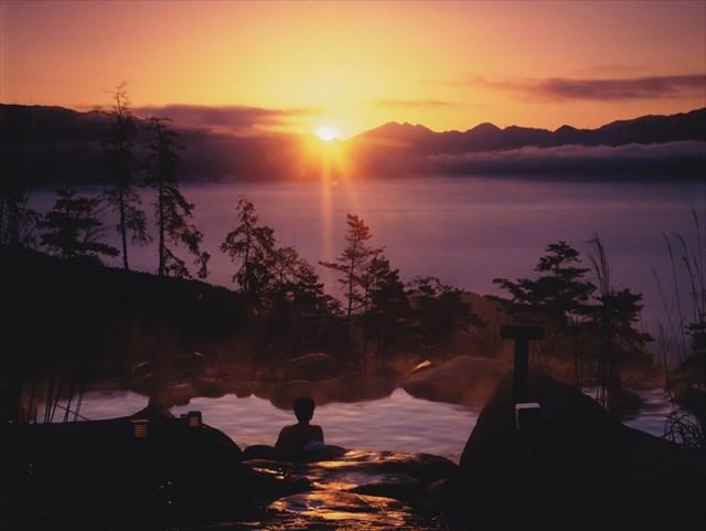 山梨県にあるほったらかし温泉「あっちの湯」からは、朝焼けに染まる空を眺められる(写真=ほったらかし温泉提供)