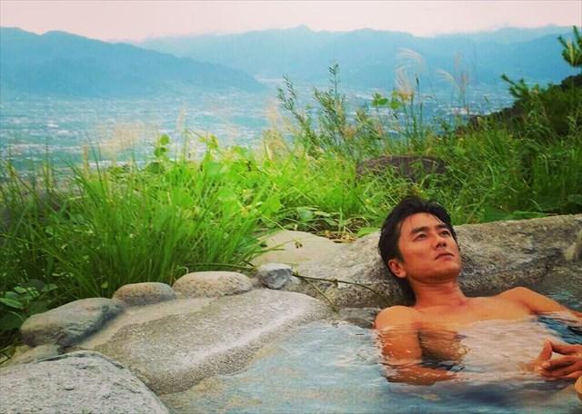 山梨県のほったらかし温泉で汗を流す原田さん(写真=BS-TBS「日本の旬を行く!路線バスの旅」)