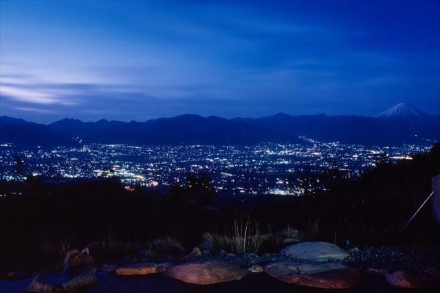 甲府盆地の夜景を眼下に望む湯船(写真=ほったらかし温泉提供)