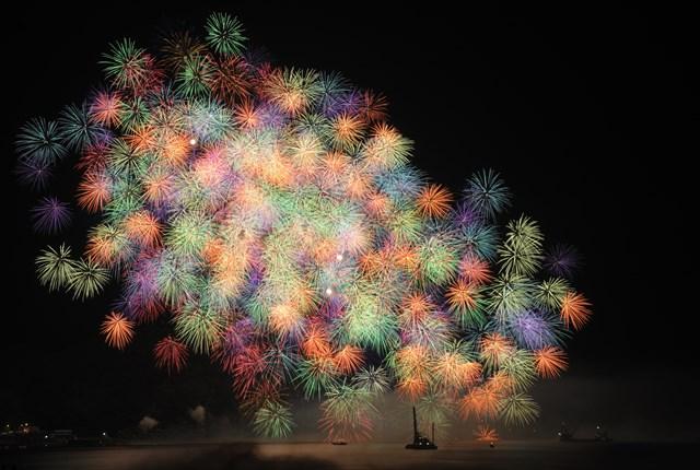 熊野大花火から「彩色千輪」 ©微風 / PIXTA