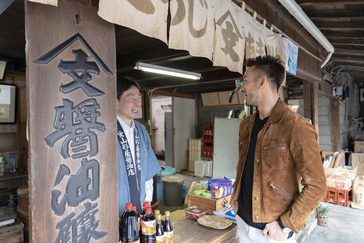 店先で、笑顔で出迎えてくれた山形屋商店の主人・渡辺和夫さん。醬油とみその香りに、どこか懐かしさを覚える
