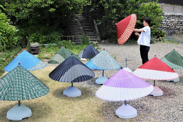 川原町にある「長良川手しごと町家CASA」では、和傘を干していた