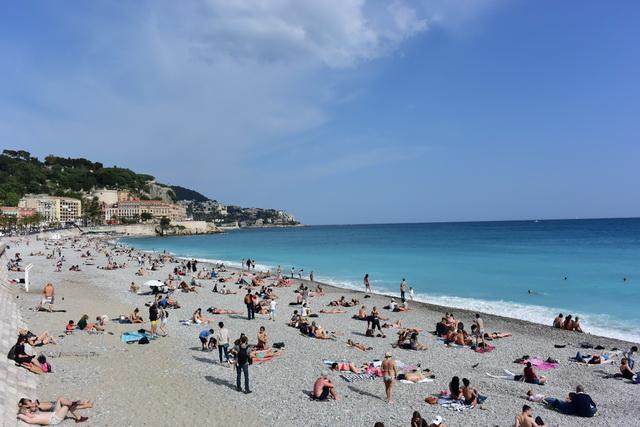 旧市街寄りのビーチは混雑ぎみ。砂ではなく小さな玉石のビーチです