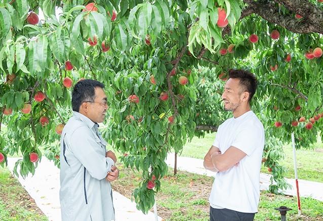 これまで全国各地の果樹園を視察してきた中田さんは作業の細かな行程にも興味津々。