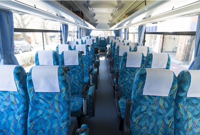 4列シートのバス。縦には11列か12列というのが一般的で、リクライニングは新幹線の座席程度