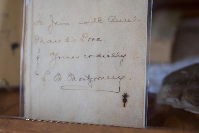 モンゴメリ直筆のサイン。ごく親しい人には猫の絵を添えていた