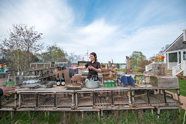 古いロブスター漁の仕掛けを用いた屋外のキッチンエリア
